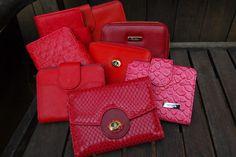 Carteiras de couro na cor vermelha. Must have!!! Mab Store - www.mabstore.com.br