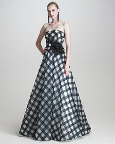 Strapless Gingham Gown by Oscar de la Renta at Bergdorf Goodman. Audrey Hepburn, Dresser, Picnic Dress, One Shoulder Gown, High Fashion Dresses, Mode Chic, Gala Dresses, Beautiful Gowns, Strapless Dress Formal