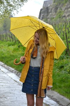 April, april, Outfits for rainy days with a raincoat and stil stylish. YELLOW UMBRELLA - Jess en Vogue