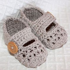 12 free baby bootie patterns.