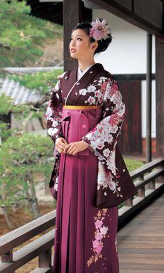 女袴(おんなばかま) 明治時代から昭和初期には女学生の制服として多く着用された。現在でも卒業式における女性教員、女子大生の定番の服装である。現在着用されるものの多くは行灯袴と呼ばれる長い巻きスカートのようなタイプで腰板がない。一部神社の巫女や現代の女性皇族、雅楽舞踊の演者などには、男子同様の足を通す部分が二つに分かれたタイプの着用も見られる。男袴とは前後の襞の数が違う。by Wikipedia