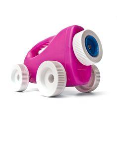 un'auto giocattolo realizzata con rifiuti