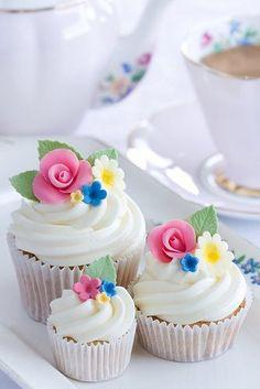 Cupcakes em tamanhos diferentes, decorados com flores de açúcar. #casamento #chá  #inspiração #ideias