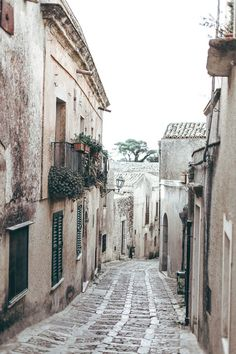 Alguns preferem ver uma rua vazia e sem vida ,mas eu prefiro imaginar... Imagino…