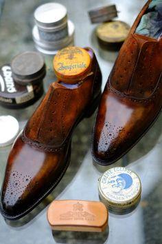 Nada como llevar unos buenos zapatos y.. ¡por supuesto! bien limpios... ahora sin limpiabotas hay que hacerlo uno mismo pero con buen material el éxito está garantizado para un total look perfecto