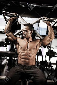 ジムでエクササイズ上半身裸の筋肉ボディービルダー ロイヤリティーフリーフォト、ピクチャー、画像、ストックフォトグラフィ. Image 27469496.