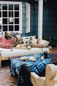 Outdoor entertaining means making people at home. The more pillows and throws the better! Love the idea of mixing textures and different prints for a fun casual evening of cocktails and appetizers outside. // outdoor entertaining