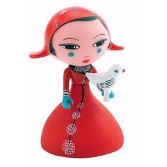 Miya est une princesse asiatique aux bras articulés, habillée d'une robe rouge avec un petit oiseau blanc qu'elle peut tenir dans sa main.Elle mesure 8 cm de hauteur x 4,5 cm de largeur. Elle complète