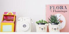 Foto de como decorar home office pequeno colorido com vaso amigurimi, livro flora and the flamingo, suculentas, camera analogica instantanea instax mini  blog do math    www.blogdomath.com.br  Insta @mathdoblog    Se usar, dê os créditos, por gentileza.  Vamos fazer da internet um espaço melhor