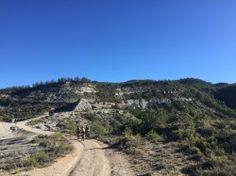 """[Espagne] Castellazo - Guaso J'avais décrit l'an passé (trace Castellazo-Ainsa) une boucle exceptionnelle, partant du gîte-auberge de Castellazo. En voici une seconde, effectuant elle un tour en sens inverse (des aiguilles d'une montre).  La première partie se déroule dans la belle campagne d'Arcusa (jolis chemins ruraux) avant de rejoindre par une bonne grimpette la crête des """"Altos de Guarra"""". La trace suit le GR 1 jusqu'à Castejon de Sobrarbe mais je conseille plutôt la variante balisée…"""