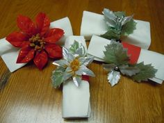 Craft idea to make Christmas napkin rings from craft foam and artificial flowers. Christmas Napkin Rings, Christmas Napkins, Christmas Tablescapes, Christmas Table Decorations, Christmas Crafts, Christmas Ideas, Foam Crafts, Crafts To Do, Craft Foam