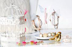 Cabides, formas de doces e até garrafas são úteis para acabar com a bagunça das bijuterias no seu apartamento. Veja 6 formas criativas para organizá-las!