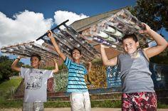 A economia na energia elétrica é comprovada. E esses baixinhos interessados em mudar o mundo. Construíram um aquecedor solar. Que conhecer a história deles e como fazer um aquecedor, vai lá no blog. ;)