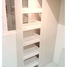 Täysin ulostuleva komeromekanismi rakennettuna Triomax hidastinlaatikoista #Harn #Triomax #laatikko #kaappi #komero #vaatehuone #sisustus #kalusteet #koti #yritysmyynti #keittiö