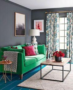 Sofá colorido? Claro que sim! Uma parede neutra permite mesclar cores e estampas para o ambiente ficar alegre e descolado. #decoration #instadecor #instahome #casa #home #interiordesign #homedesign #homedecor #homesweethome #inspiration #inspiração #inspiring #decorating #decorar #decoracaodeinteriores #Mobly #MoblyBr #room