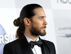 Longer hair for men has become mainstream and with it came the man bun. What is a man bun? Well, it's a cool alternative to the ponytail for pulling long hair up and back. A bun it Man Bun Hairstyles, Popular Mens Hairstyles, Sport Hairstyles, Blonde Hairstyles, Men's Hairstyle, Formal Hairstyles, African Hairstyles, Hairstyle Ideas, Man Bun Styles