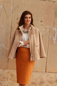 Romania fashion blogger fall outfit: mustard skirt & caramel cape. A feminine office outfit with a pencil skirt and a white blouse. The fall is a great time to include some warm colours in the office outfits.