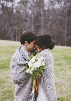 romantic fall wedding photo ideas-bride and groom under a blanket