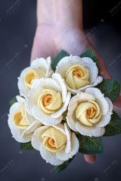 Crochet Bouquet, Crochet Wreath, Crochet Brooch, Knitted Flowers, Crochet Flower Patterns, Crochet Designs, Thread Crochet, Crochet Stitches, Weaving Art