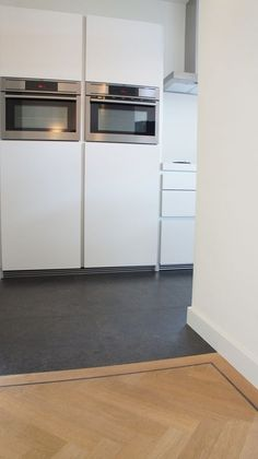 Overgang tegels en visgraat houten vloer. Visgraat vloer heeft een enkele band en een wenge bies.