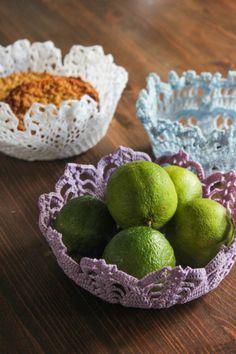 tapetes de ganchillo comprados en tiendas de segunda mano, muy baratos y los sumerge en agua con azúcar disuelta, calentando para disolverla (proporción 1:1).