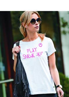 Zet Sneekweek op Play! Ontwerp nu je eigen tekst op de achterkant van dit te gekke SNKWK T-shirt.  Noteer tijdens het bestelproces in het vak
