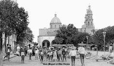 Vista de plaza y gente de San Miguel el Alto Jalisco Mexico 10