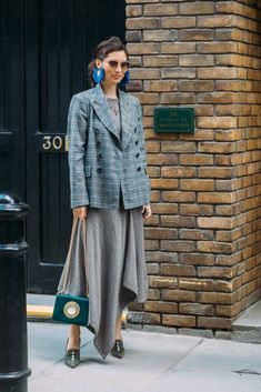 After a busy week in New York, the street style crowd made its way to London. Fashion Month is always the best time to grab some real-time fashion inspiration, Moda Fashion, Fashion 2018, Fashion Trends, Travel Fashion, Street Chic, Street Wear, Structured Fashion, Fashion Pictures, Passion For Fashion
