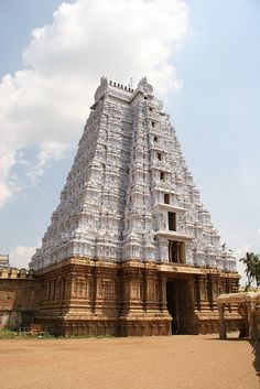 The white gopuram of the Sri Ranganathaswamy Temple in Trichy, southern India. This gopuram is part of the largest temple complex in India. The earliest parts of the temple date from the century. Indian Temple Architecture, Ancient Architecture, Amazing Architecture, Temple India, Hindu Temple, Atlantis, Nova Deli, Ufo, World Famous Buildings