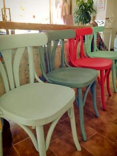 Love this! Same chair, different color! Kitchen Chairs, Dining Room Chairs, Table And Chairs, Furniture Decor, Painted Furniture, Furniture Design, Chaise Vintage, Painted Chairs, Dinning Table