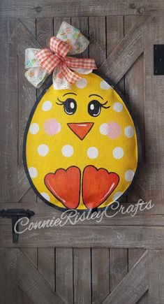 Easter Egg Chick Burlap Door Hanger Decoration and Wreath Replacement with Polka dots Cute polka dot chick Great for Easter door decor READY to hang right from the box Sprayed with acry Easter Paintings, Painting Burlap, Burlap Door Hangers, Burlap Door Decorations, Diy Ostern, Deco Table, Diy Door, Diy Wreath, Door Wreaths