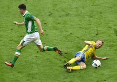 Ireland's midfielder Robert Brady is challenged by Sweden's midfielder Sebastian Larsson (R) during the Euro 2016 group E football match between Ireland and Sweden at the Stade de France stadium in Saint-Denis on June 13, 2016. / AFP / PHILIPPE LOPEZ  #Seb