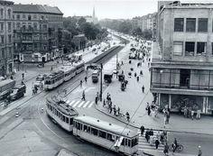 17.08.1956: Noch fahren die Straßenbahnen vom Hermannplatz (rechts) in die Straße Hasenheide. Der Blick in die Straße zeigt die Gleislage der Straßenbahn Richtung Südstern und die zwei U-Bahn-Ausgänge vom westlichen Zwischengeschoß. Auf der Südseite der Straße steht auch noch das heute nicht mehr vorhandene Eingangsportal zur Neuen Welt.    http://www.berlin-hermannplatz.de/u-bahn/hasenh.jpg