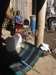 Nana Josefina, una de las tejedoras purhepecha con la que colaboramos en la venta y difusión de su trabajo.