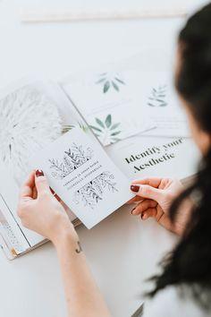 A6-kokoinen Matta-pinta 100 % ekologinen ja kotimainen #cards #linedraw #weddincards #kortit #hääparille #hääkortit # linedrawing #botanicaldrawing #kotimainen #ekologinen #madeinfinland Cards, Maps, Playing Cards