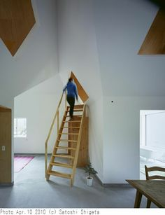 Tato Architects - House in Hieidaira, Shiga Via, photos (C) Satoshi Shigeta. Wooden Staircases, Wooden Stairs, Stairways, Japanese Architecture, Interior Architecture, Interior Design, Steep Staircase, Architect House, House Extensions