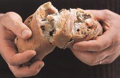 Chléb s pancettou a olivami
