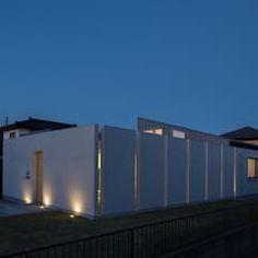 南西外観 夜景: アトリエ24一級建築士事務所が手掛けた家です。