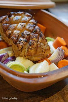 Schweinekrustenbraten aus dem Römertopf ist eine schonende Zubereitungsweise für den Sonntagsbraten. Dazu gibt es geschmortes Wurzelgemüse, Kartoffelklöße und natürlich eine leckere Sauce.
