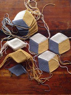 CAL Vasarely blanket - Aime and co Crochet Motifs, Crochet Quilt, Crochet Squares, Crochet Home, Crochet Granny, Crochet Stitches, Knit Crochet, Crochet Flower Tutorial, Crochet Flower Patterns