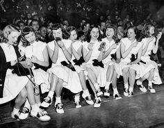 Jahre Teenager Mode - Weitere Bobby Soxers in Saddle Shoes und . 1950s Fashion, New Fashion, Vintage Fashion, Vintage Style, Fashion Teens, Club Fashion, 1950s Style, Fashion Black, Tomboy Fashion