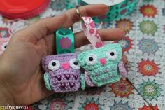 Give a hoot for these adorable crochet owls. Pattern and tutorial by Crea Carmen - in Dutch and English.