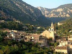 1   Valldemosa es una localidad y municipio español situado en la parte occidental de la isla de Mallorca, en la comunidad autónoma de Islas Baleares.