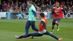 En el entrenamiento de puertas abiertas [03.01.14]   Marc Bartra tratando de bloquear a Andrés Iniesta. Mascherano sigue la jugada.   FOTO: MIGUEL RUIZ - FCB