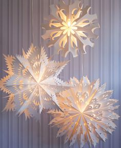 Snowflake Lights for Snowless Nights – diese sind im Online-Shop des San Francis… - Lampe ideen Snowflake Lights, Paper Snowflakes, Christmas Snowflakes, Christmas Ornaments, Snowflake Snowflake, Large Christmas Decorations, Christmas Projects, Holiday Crafts, All Things Christmas