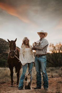 Western Family Photos, Western Engagement Photos, Country Couple Pictures, Cute Country Couples, Pictures With Horses, Engagement Photo Outfits, Photo Couple, Engagement Couple, Fall Engagement