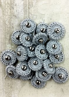DIY THURSDAY: ALABAMA CHANIN COVERED SNAPS. Alabama Chanin tutorial on crocheted snap covers. Crochet Diy, Love Crochet, Crochet Motif, Crochet Crafts, Yarn Crafts, Crochet Flowers, Crochet Stitches, Crochet Projects, Beautiful Crochet