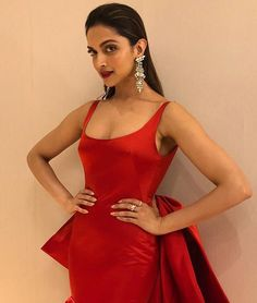 Bollywood's confidence, glamorous & most stylish actress Deepika Padukone recently taped for at the Filmfare Glamour and Style Awards Indian Bollywood Actress, Indian Actress Hot Pics, Bollywood Girls, Bollywood Fashion, Indian Actresses, Most Beautiful Hollywood Actress, Beautiful Actresses, Red Carpet Dresses 2016, Deepika Padukone Style
