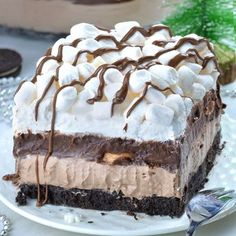 This Hot Chocolate Lasagna has so much flavor in every single bite. Easy, no bake layered dessert with Oreo crust, hot chocolate cheesecake mousse layer, chocolate pudding, whipped cream and mini marshmallows. This Hot Chocolate Lasagn Chocolate Cheesecake, Chocolate Pudding, Chocolate Desserts, Cake Chocolate, Chocolate Chips, Chocolate Lasagna Dessert, Chocolate Lasagne, Mini Oreo Cheesecake, No Bake Desserts