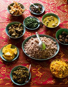 Find out WHAT THE LOCALS EAT BEFORE YOU TRAVEL See what food is eaten in  SRI LANKA such as traditional curry and rice meal,.  //www.allaboutcuisines.com/local-food/sri-lanka #Travel Sri Lanka #Sri Lanka Food